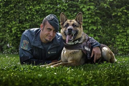 Un guardia civil del Servicio Cinológico posa con su perro.